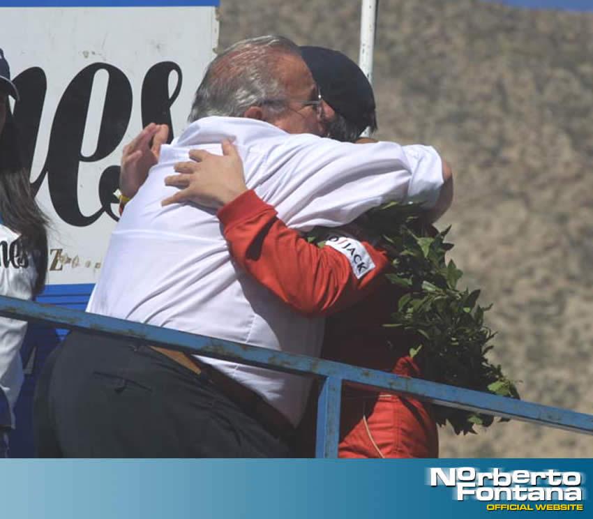 Esta foto es en el podio de San Juan abrazado de mi padre.